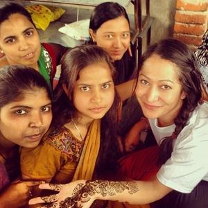 India_020114_Leila Zermeno_female volunteer with henna_good photo
